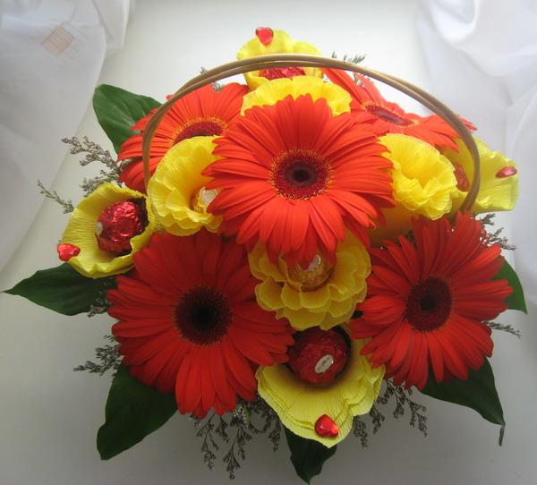 Букеты из живых цветов с конфетами своими  241